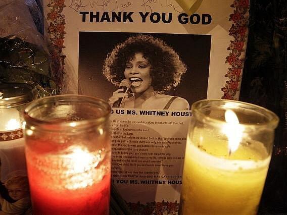 Lidé se přicházejí naposledy rozloučit se zpěvačkou Whitney Houston, která náhle zemřela minulou sobotu ve věku 48 let