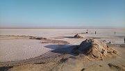 Solné jezero Chott el Djerid. I přes přísný zákaz opouštět jedinou silnici, která přes jezero vede, to čas od času někdo zkusí. Pak zaměstná řadu lidí, kteří se snaží takové auto z jezera vytáhnout.
