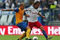 Petr Jiráček bojuje v dresu Hamburku v utkání proti Braunschweigu.