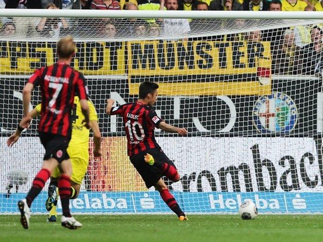 Václav Kadlec střílí gól do sítě Dortmundu.