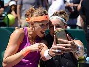 Lucie Šafářová (vlevo) a Bethanie Matteková-Sandsová se radují z deblového titulu v Charlestonu.