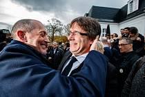 Carles Puigdemont se svým příznivcem; Bruggy, Belgie