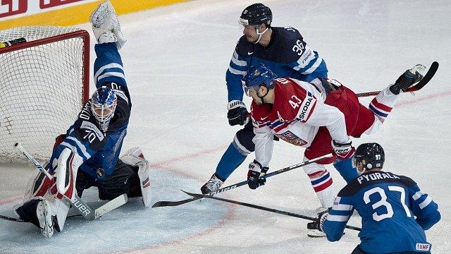 Zleva finský brankář Joonas Korpisalo vyráží střelu Jana Kováře, přihlížejí Juuso Hietanen z Finska, Mika Pyorala z Finska.