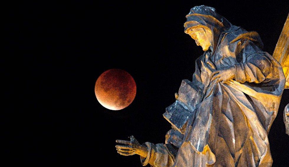 Zatmění Měsíce přes Sloup Nejsvětější Trojice na Horním náměstí v Olomouci.