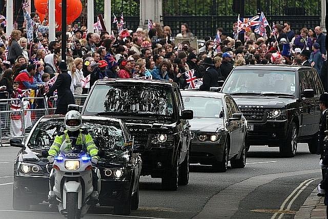 Kolona vozů přijíždí k Westminsterskému opatství.