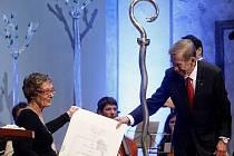 V den pětasedmdesátých narozenin exprezidenta Václava Havla udělila 5. října v centru Prahy nadace Vize 97 manželů Havlových cenu slovenské kunsthistoričce Ivě Mojžišové.