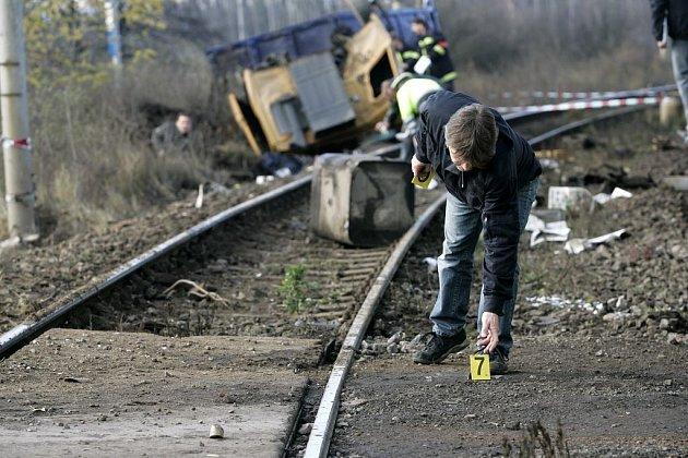 Smrtí muže skončila sobotní dopolední srážka nákladního automobilu s rychlíkem na železničním přejezdu za Kolínem nedaleko písníku Sandberk. Nehodu nepřežil sedmačtyřicetiletý šofér náklaďáku naloženého hlínou.