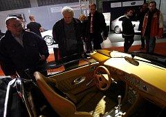 Ve Veletržním paláci Národní galerie v Praze probíhá výstava luxusních věcí a automobilů.