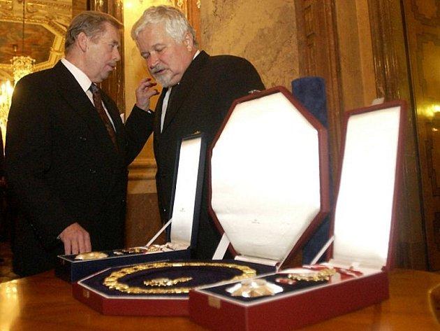 Na archivním snímku bývalý český prezident Václav Havel převzal v Praze dvě nejvyšší státní vyznamenání - Řád Bílého lva a Řád Tomáše Garrigua Masaryka. Vpravo je Petr Pithart