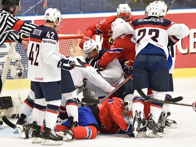 Šarvátka mezi hokejisty USA (v bílém) a Norska.