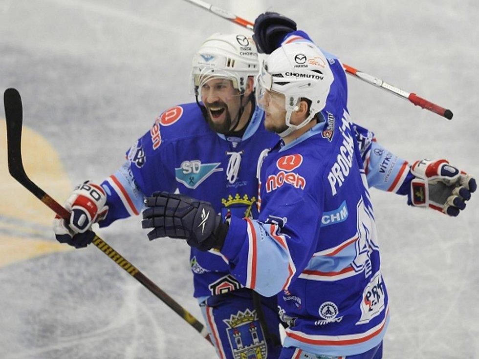 Hokejisté Chomutova Milan Procházka (vpravo) a jeho spoluhráč Václav Eiselt se radují z gólu proti Boleslavi.