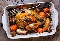 Pečené kuře s houbami, jablky a mrkví