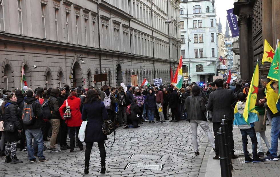 Stovky lidí vyjádřily nesouhlas s tureckou agresí v Afrínu