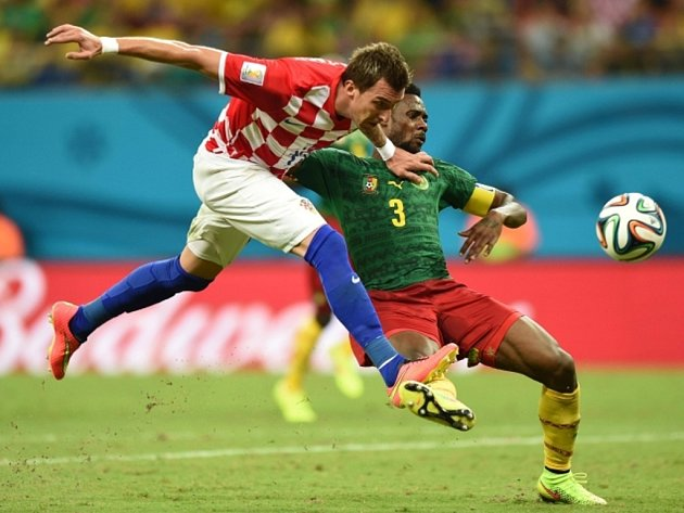 Mario Mandžukič z Chorvatska (vlevo) pálí proti Kamerunu.