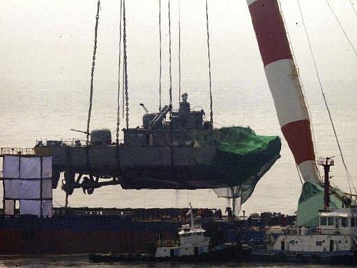 Pátrací týmy na hladinu vyzvedly záď jihokorejské válečné lodi, která se po záhadném výbuchu potopila 26. března ve Žlutém moři.