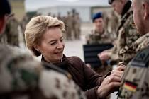 Německá ministryně obrany Ursula von der Leyen s vojáky Bundeswehru