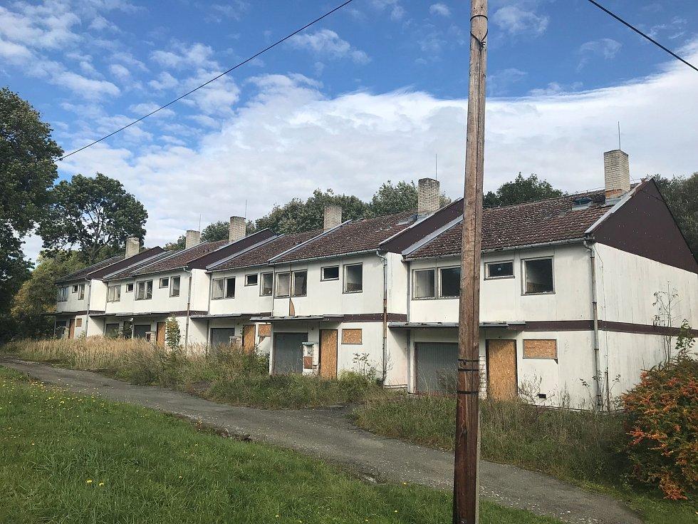 V obci je několik opuštěných nemovitosti. Ty atraktivnější kupuj chataři.