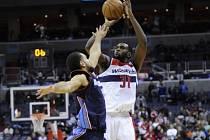 Křídlo Washingtonu Wizards Chris Singleton (31) střílí v utkání proti Charlotte Bobcats přes bloky Jeffery Taylora.
