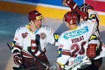 Hokejisté Sparty oslavují trefu Kubáta do hradecké sítě.