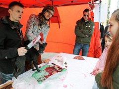 Proti tradičnímu vánočnímu prodeji a zabíjení kaprů v ulicích uspořádali 10. prosince v Praze aktivisté z hnutí 269 protestní happening nazvaný Prodej vánočních psů.