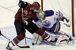 Martin Hanzal (Arizona Coyotes) a gólman Cam Talbot (Edmonton Oilers).