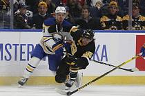 David Pastrňák (vpravo) v souboji s obráncem Jacobem Brysonem ve druhé třetině zápasu mezi Bostonem Bruins a Buffalem Sabres.