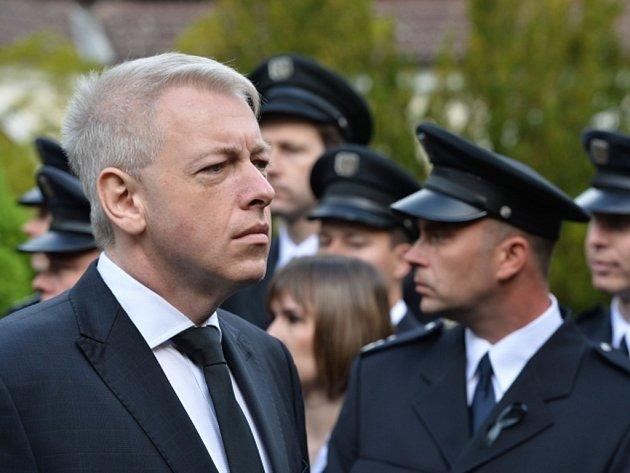 V Mělníku se konal pohřeb policistky, kterou při ujíždění hlídce smrtelně zranil zdrogovaný řidič. Přítomen byl i ministr vnitra Milan Chovanec.