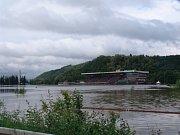 Závodiště ve Velké Chuchli při povodních 2002