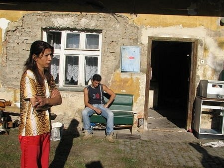 Pomoc by potřebovali i vsetínští Romové, které jejich radnice vystěhovala do polorozbořeného domu ve Staré Červené Vodě. Tato obec však v programu Agentury pro odstraňování sociálního vyloučení nefiguruje.