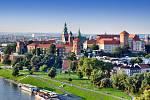 Historický královský hrad Wawel v Krakově s parkem u řeky Visly.