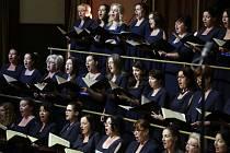Slovenská filharmonie pod vedením britského dirigenta Jamese Judda představila 3. června 2018 skladby Zdeňka Fibicha, Eugena Suchoně a Leoše Janáčka při závěrečném koncertě mezinárodního hudebního festivalu Pražské jaro. Na snímku je ženský pěvecký sbor.