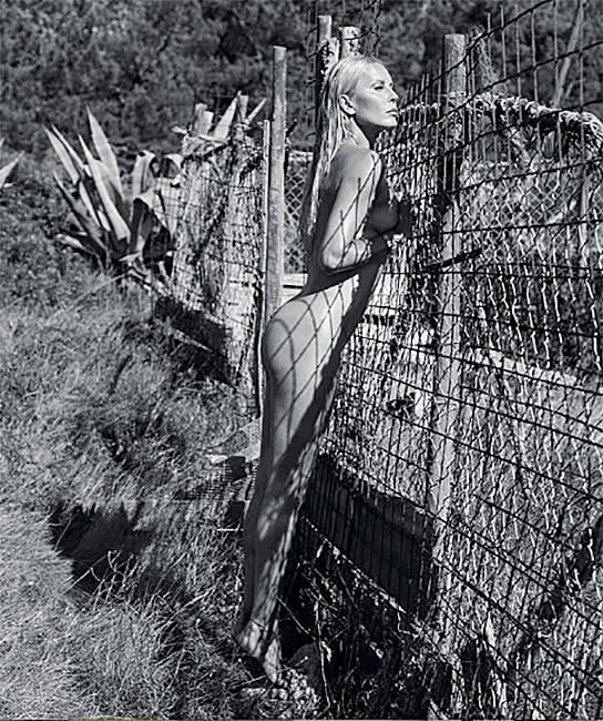 """Unikátní černobílý kalendář pro rok 2020 s názvem Fuck The Age! nafotila Simona (46) společně s fotografem Lukášem Dvořákem v divoké přírodě Portugalska. Záměrem bylo zachytit v něm pravý význam slov """"věk je jenom číslo""""."""