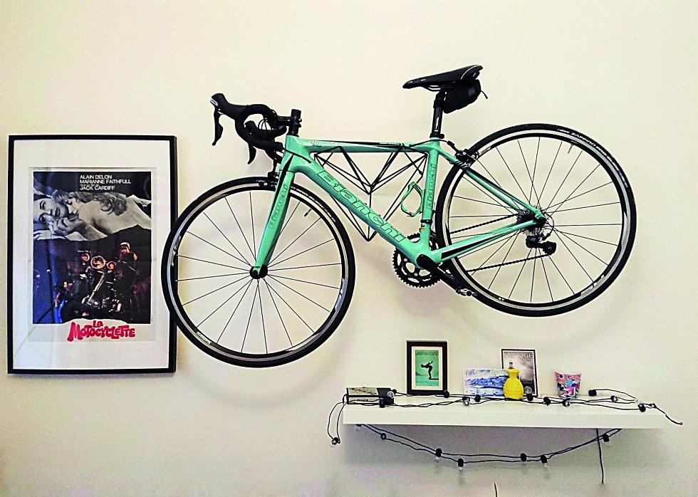 """Barevné ladění. Doplnění dalším detailem v barvě kola je jednou z možností, jak bicykl v interiéru """"ukotvit""""."""