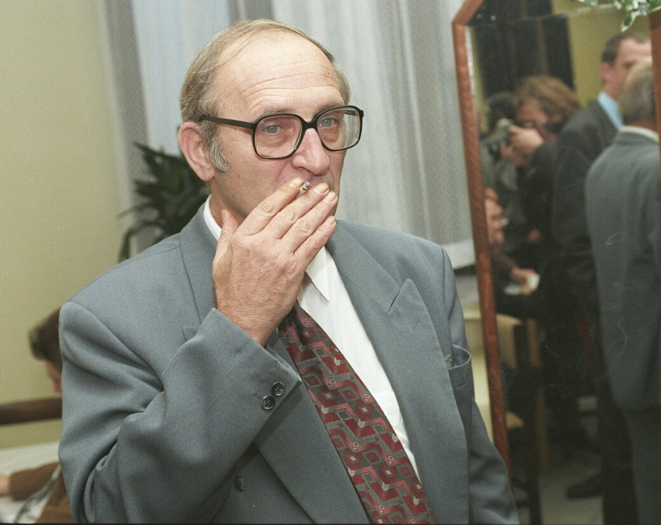 NÁRUŽIVEC. Jan Stráský byl pověstný vášnivým kouřením. Na stole mu nikdy nesměly chybět startky bez filtru. A cigarety na něm nechybějí ani dnes.