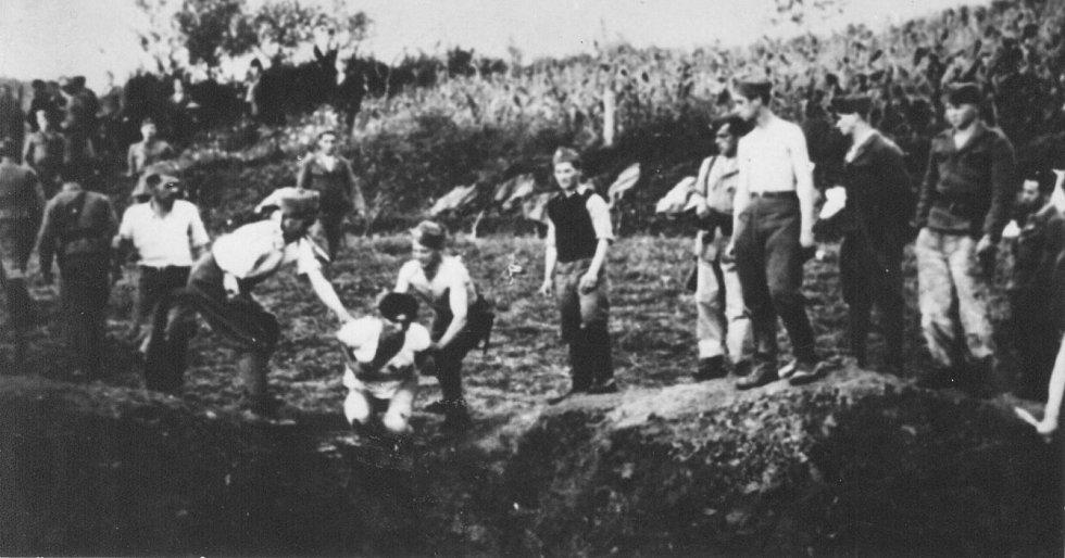 Ustašovci popravují Srby a Židy v táboře Jasenovac jako součást genocidy srbského národa
