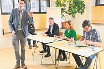 KDO USPĚJE? Patnáct mladých lidí se  uchází o titul lídra. V porotě zasedl i autor projektu Karel Strachota (vlevo).