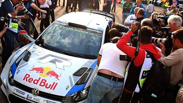 Nejprve do takzvané media zóny, kde se na závodníky vrhnou novináři, fotografové a kameramani. Jako v pátek večer na Latvalu, který v tu dobu v soutěži vedl.