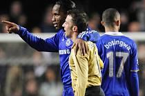 Střelec Chelsea Didier Drogba v objetí s Alessandrem Del Pierem z Juventusu.