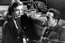 HLUBOKÝ SPÁNEK. Režisér Howard Hawks přivedl na plátno elegantní setkání (zejména Humphreyho Bogarta s Lauren Bacall).