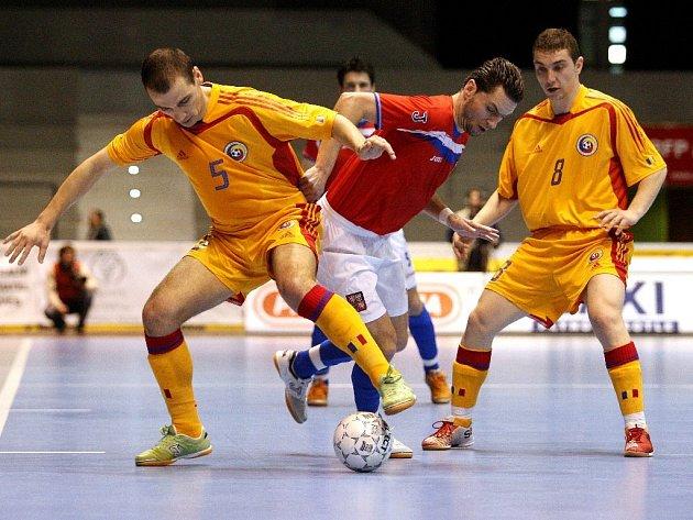 Čeští futsalisté v prvním utkání play off remizovali s Rumunskem 1:1. Na snímkiu se obranou hostů probíjí Filinger, brání mu Dobre (vlevo) a Sotarca.