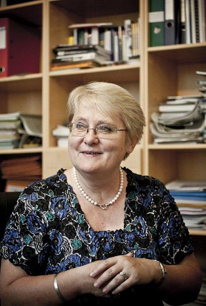 Doc. MUDr. Iva Holmerová, PhD je místopředsedkyní České gerontologické společnosti a spoluzakladatelka České alzheimerovské společnosti.
