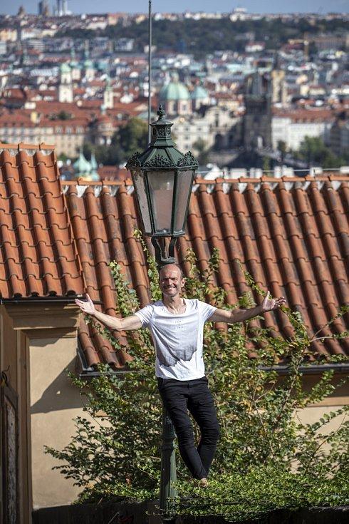 Dalibor Gondík: Běhám teprve deset let. Do čtyřiceti jsem uběhl celkově tak 250 metrů. Nenáviděl jsem to. Takže teď v padesáti to ještě držím na těch dvanácti kilometrech za hodinu. Uvidíme co dál.