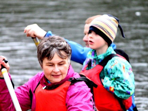 Aktivní dovolenou plnou pohybu si dopřává stále víc lidí.  Třeba jet na vodu je v Česku velmi oblíbený způsob trávení dovolené...