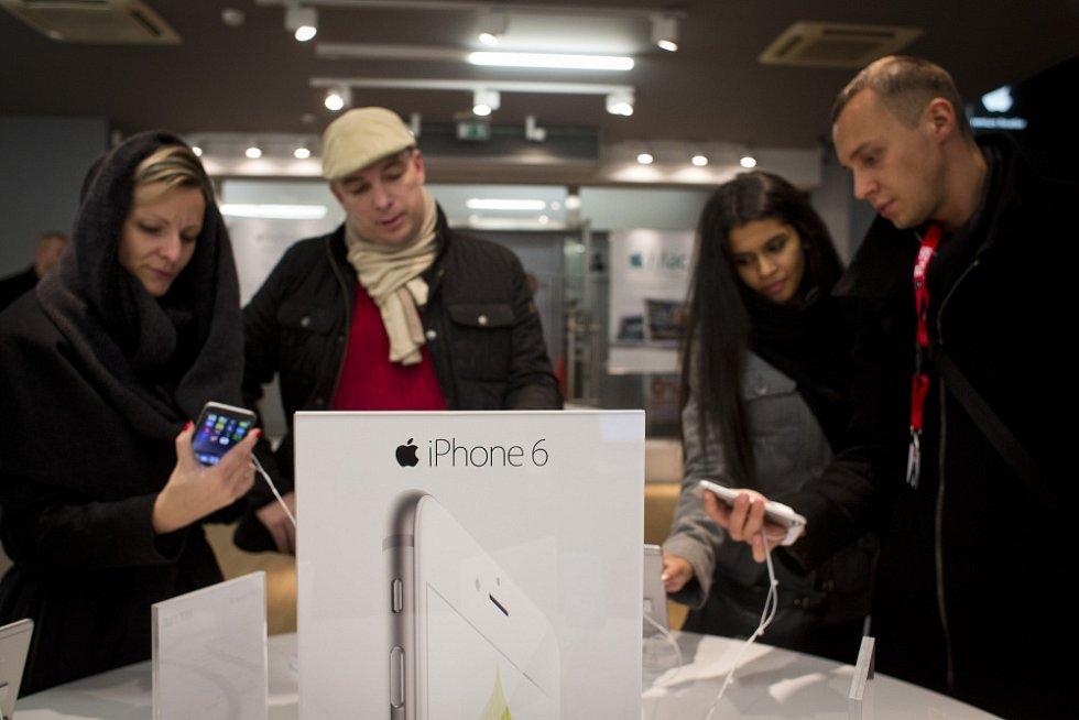 O půlnoci na 24. října se v Čechách začal prodávat nový Iphone 6 a 6 plus. Snímek je z prodejny Istyle v Revoluční ulici v Praze.