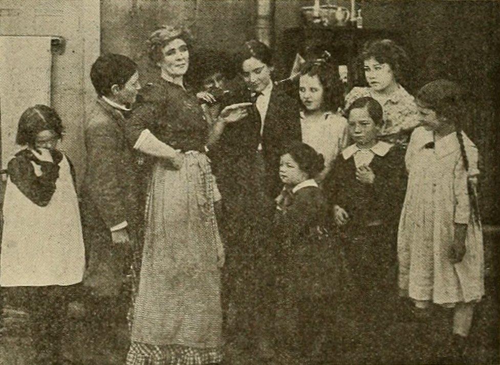 Britská občanka paní Rugglesová se spolu se svými devíti dětmi připravuje k oslavě válečných Vánoc 1917