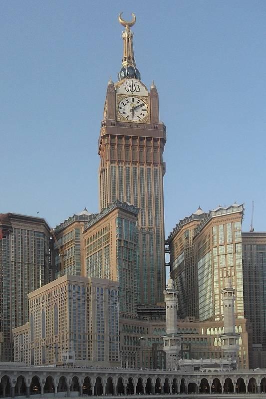 Mrakodrap Abrádž Al-Bajt v Mekce je zároveň nejvyšší hodinovou věží světa.