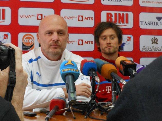 Michal Bílek s Tomášem Rosickým na tiskové konferenci v Arménii.
