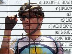 Lance Armstrong podepisuje prezenční listinu před startem 2. etapy Giro d'Italia.