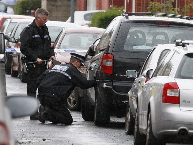 Britští policisté prohledávají zaparkovaná auta v Liverpoolu.