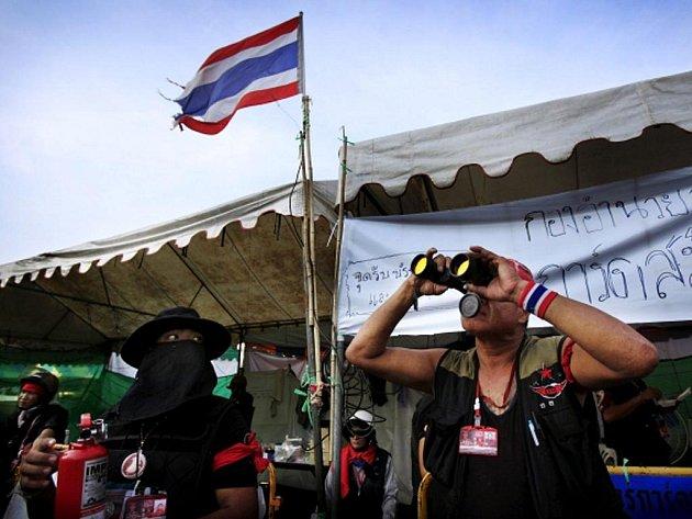 Centrem thajské metropole Bangkoku otřásly výbuchy, ozývá se střelba a nemocnice se začaly zaplňovat zraněnými v době, kdy armádní velení slíbilo, že rázně zakročí proti opozičnímu hnutí červených.